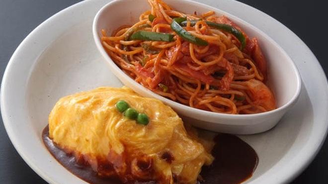 洋食亭 おおはし - 料理写真:《オムライスとナポリタン》 オムライスメニューの中では一番人気のメニューです♪