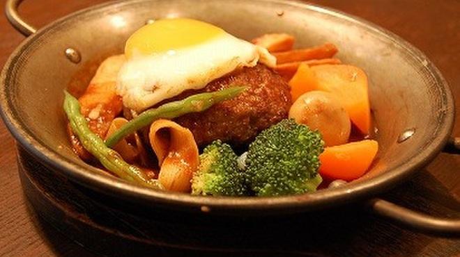 洋食亭 おおはし - 料理写真:《おおはし風煮込みハンバーグ》 なんといっても一番人気のハンバーグ。まずはコレから!