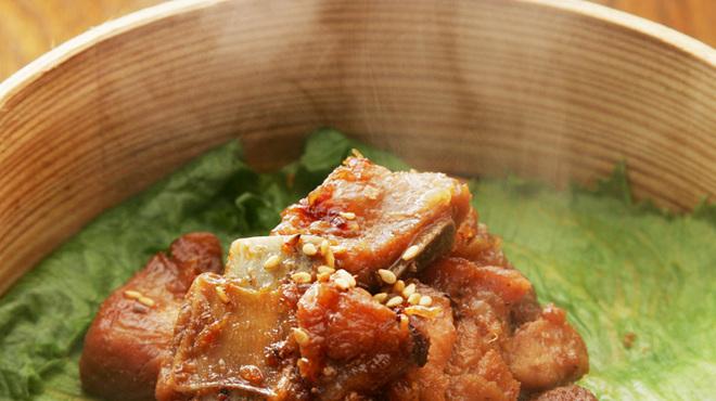 美味談 - 料理写真:【三元豚スペアリブ蒸し】特製ダレに漬けたスペアリブを蒸篭で柔らかく蒸したオリジナル料理。