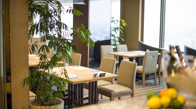 武藏 - 内観写真:窓から優しい光が差し込むあたたかな空間でゆったりとお食事をお楽しみ下さい。