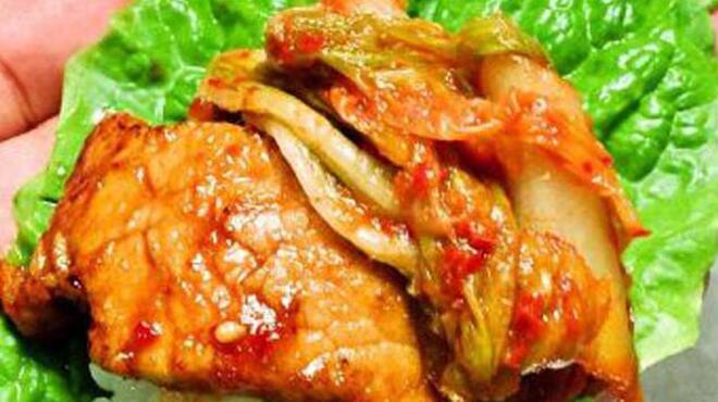 王道 - 料理写真:茶美豚リブロースのサムギョプサル風 味わい深い茶美豚のリブロースとご飯をシャキシャキのチシャにのせて…。