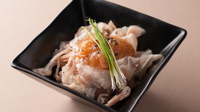豚料理 とんと - 料理写真:ミミガーのたたき和風梅肉かけ