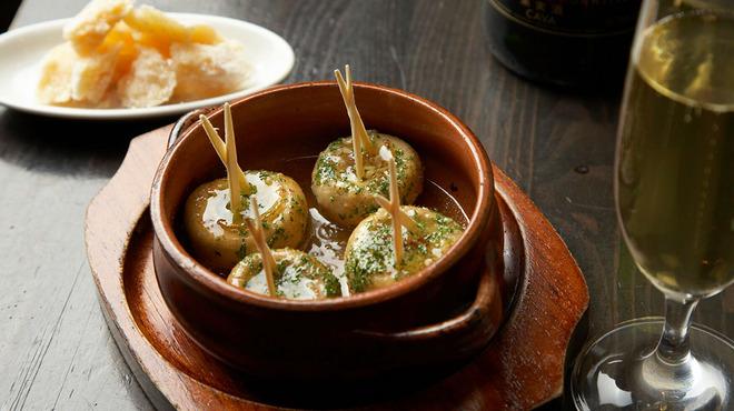 恵比寿18番 - 料理写真:マッシュルームの陶板焼き(600円)。一度食べたら止まらない、18番人気No.1メニュー