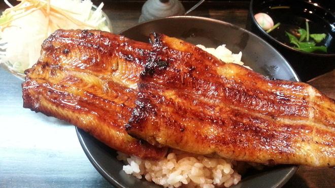 うなぎ 仙見 - 料理写真:名物はみ出しうな丼