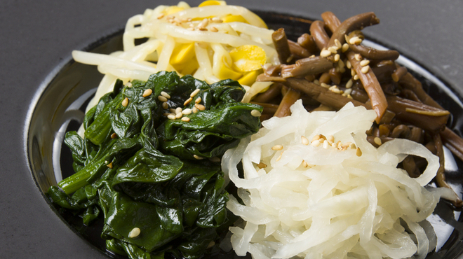 焼肉香蘭 - 料理写真:箸休めにおすすめ。にんにくの風味が効いた『ナムル』