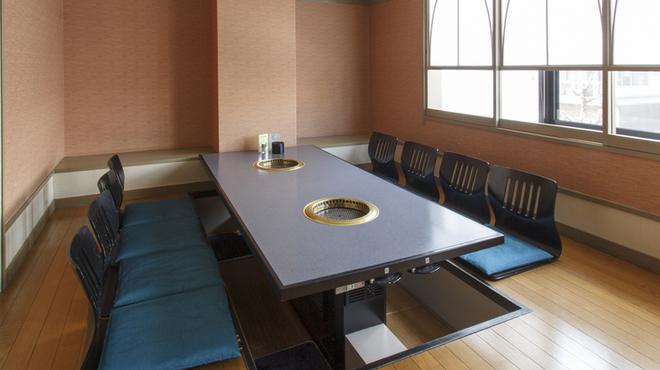 焼肉香蘭 - 内観写真:二階は大きな窓から夜の景色を見ながら食事を楽しむことができます。広い空間と落ち着いた雰囲気で、まわりを気にせずプライベートな空間を満喫できます。宴会や大切な接待、そして家族団らんにピッタリの個室です