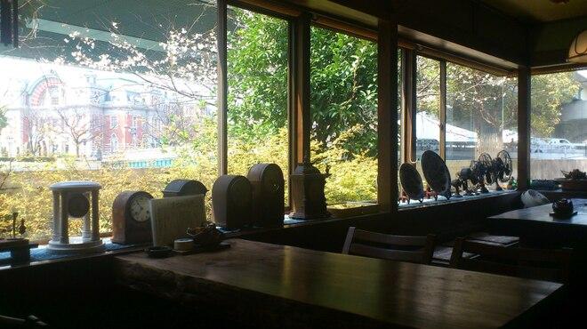 志津可 - 内観写真:中之島公会堂を望むテーブル席