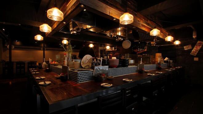丸鶏 るいすけ - 料理写真:古木を使った雰囲気のある店内