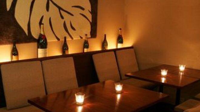 サンドグラスカフェ - 内観写真:『キャンドルの明かりとふかふかソファーやクッション♪落着ける雰囲気のお店です。』