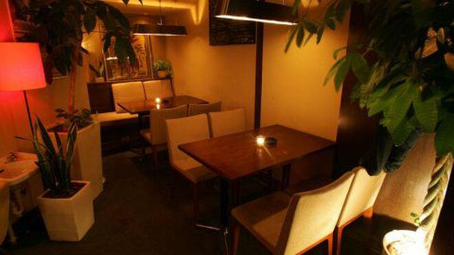 サンドグラスカフェ - 内観写真:店内にはお洒落なインテリアや観葉植物がいっぱい♪デートや女性同士の利用が多いのもうなづけます★