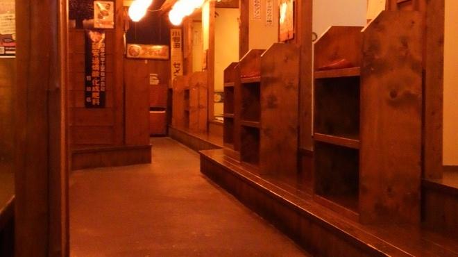 居酒屋 岡崎商店 - 内観写真:店内通路。左右に部屋があり、昭和の看板、提灯など昔の下町を思い浮かべる通路になっています。