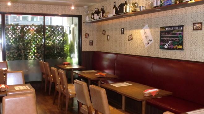 Spanish Bar Pasion - 内観写真:店内はカウンター、スツール席の他、ゆったり座れるお席もご用意。