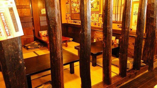 鳥吉 - 内観写真:レトロ調の店内、ランプやレトロな看板などが懐かしさを呼びます。