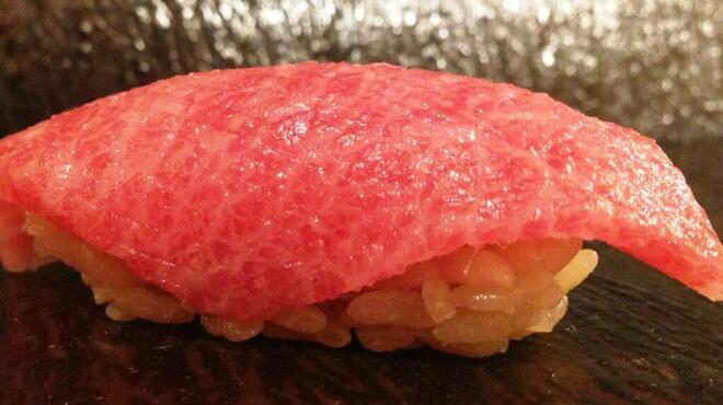 蔵六雄山 - 料理写真:熟成5日目の本マグロと酸味の効いた赤酢のシャリで握った逸品。言葉を失う美味しさです。