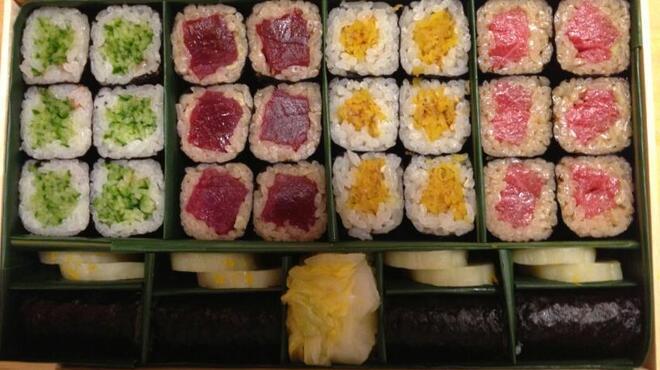 蔵六雄山 - 料理写真:細巻き五本の折り詰め。かっぱ、鉄火、おしんこ、トロ鉄火、かんぴょう。色も鮮やかで絶品です。当店のこだわりの味をぜひおみやに・・・