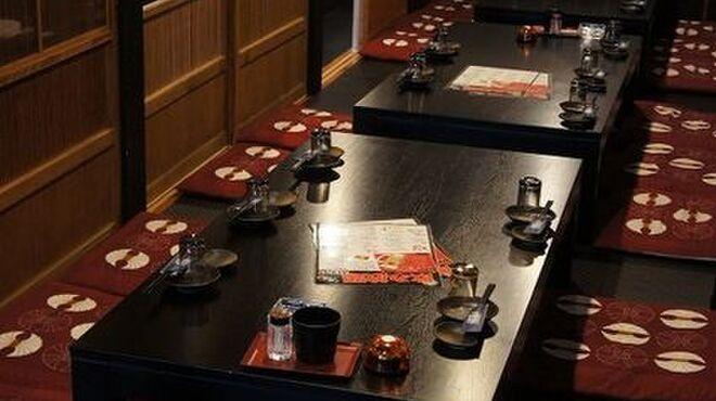 鳥吉 - 内観写真:レトロな雰囲気の店内でお食事をお楽しみいただけます。