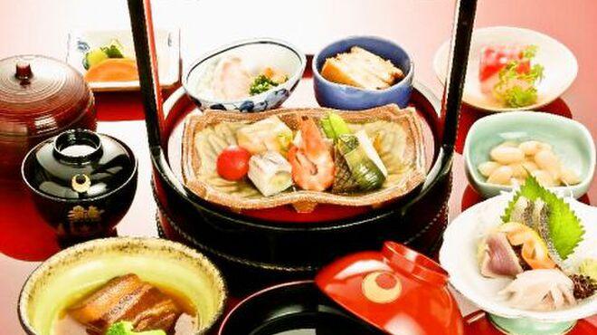 長崎卓袱浜勝 - 料理写真:【ぶらぶら卓袱】 朱塗りの桶にお一人様ずつ盛りこんだお手頃な卓袱料理。お鰭、豆の蜜煮、刺身三種盛、酢の物、揚げ物。