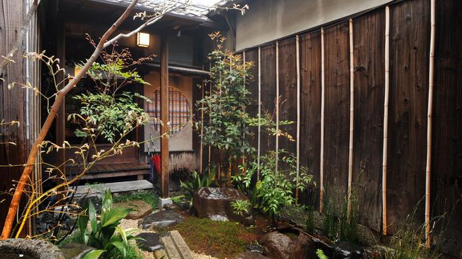 epice - 内観写真:『風情のある中庭を眺めながら』 美味しい料理とともに風情もお楽しみください。