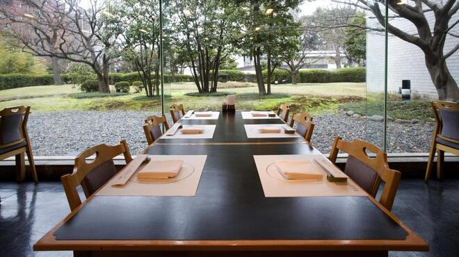 大志満 - 内観写真:《ホール席》 広々とした庭園を眺めながら、ゆっくりお食事をお楽しみ下さい
