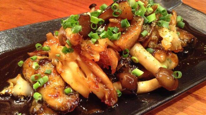 銀座酒場 マルハチ - 料理写真:牡蠣ときのこのソテー