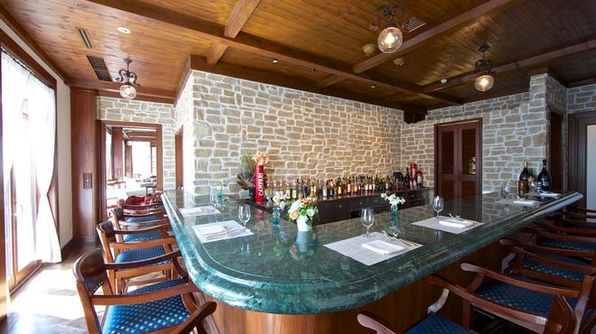 リヴァデリエトゥルスキ - 内観写真:2階 BAR/バール。バールのみのご利用も可能です。お気軽にお立ち寄りください。軽食もご用意しております。