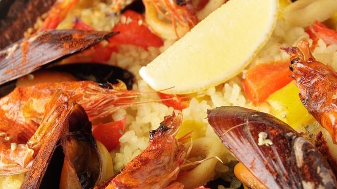 スペインバル グラシア - 料理写真:たっぷりのオマール海老から丁寧に作った自慢のダシを使用した海の幸たっぷりのパエリアです。 1890円