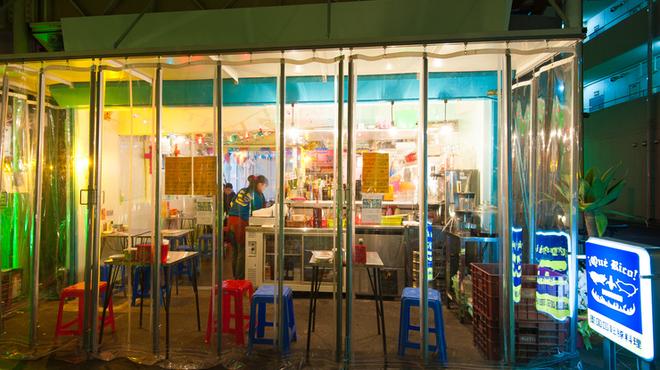 墨国回転豚料理 - 内観写真:カラフルな色使いや作りこまない内装や外装は現地の雰囲気を伝えます。