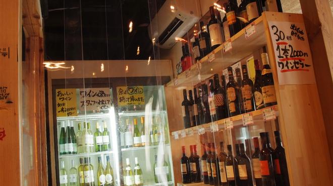 ゴールデンミートバル - 内観写真:常時30種類以上の在庫があるワインセラーから自由選択!しかもすべて2000円で提供(1本あたり)。なかには、かなりお値打ちなワインもあります。ワイン好きの方、必見。