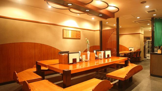 平沼 田中屋 - 内観写真:広々カウンター席