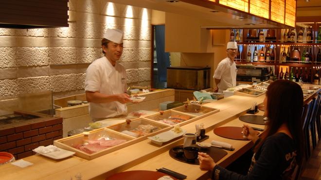 おたる政寿司 ぜん庵 - 内観写真:おすすめは職人の技を堪能できるカウンターです。お気軽にお申し付けください。