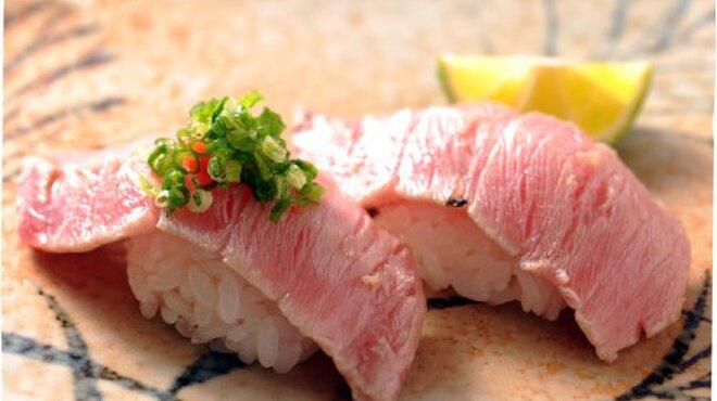亀すし - 料理写真:本マグロのトロをさっと炙って。塩かポン酢で、その旨味を存分にどうぞ。