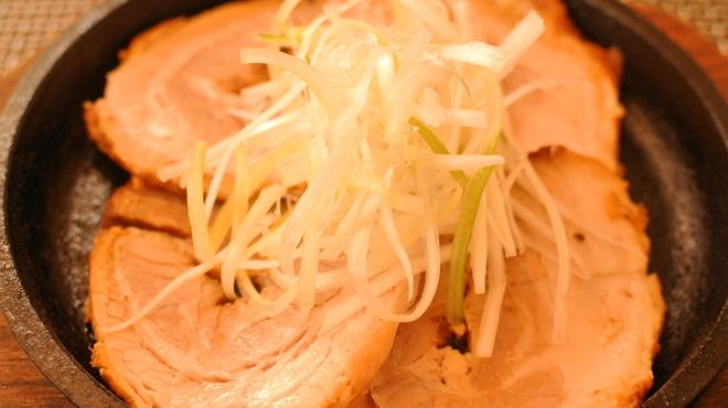 麺屋 遊助 - 料理写真:ジューシーなおつまみチャーシューはビールのあてにぴったり。