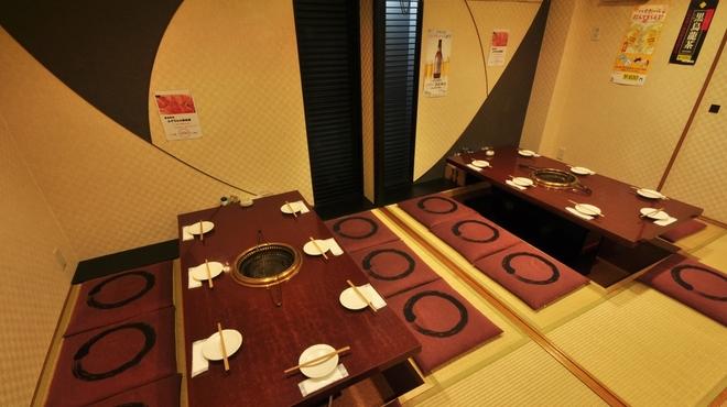 ヒジリ - 内観写真:14名様用のお席。ニーズに応じて設定いたしますので、お気軽にお尋ねください。