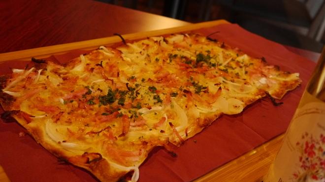 フランス家庭料理  グランダミ - 料理写真:グラン・ダミ名物のタルトフランベ!アルザス地方の薄くてパリパリのピッツアです!