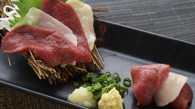 博多酒場きなっせい - 料理写真:馬刺し紅白盛り 819円