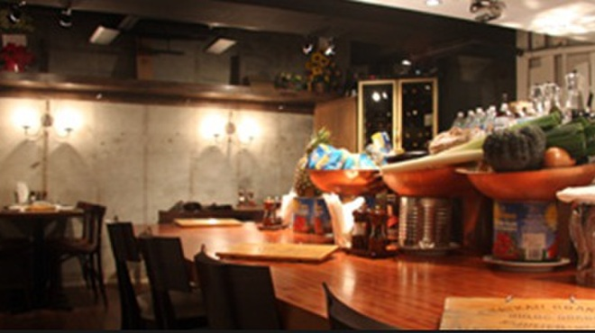 ビストロ カルネジーオ - 内観写真:ワインは全てボトル2,800円!ガブガブ飲んで下さい。