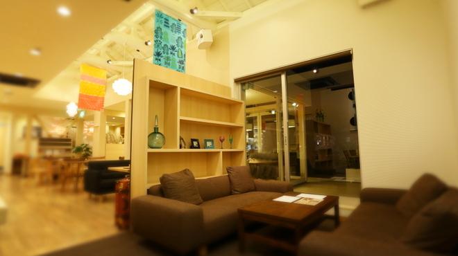 フォトベル カフェ - 内観写真:寛ぎのソファ席でゆったりと会話とお料理をお楽しみ下さい。