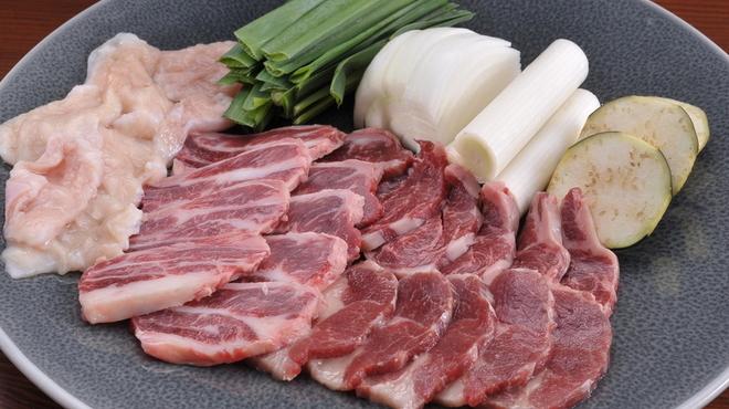 Ramu Tokyo - 料理写真:<桜焼き盛合せ> ■特選鞍下肉 鞍を乗せる辺りの部分の肩ロース肉。 程よくサシが入り、バランスのとれた味わいです。 ■ばらひも肉 あばら骨の間にある部分の肉で、 甘みが強く程よい歯ごたえがあります。 ■みの 身が厚く噛みごたえのある独特の食感は、 お酒のすすむ逸品です。 ※お野菜は季節により変わる可能性があります。