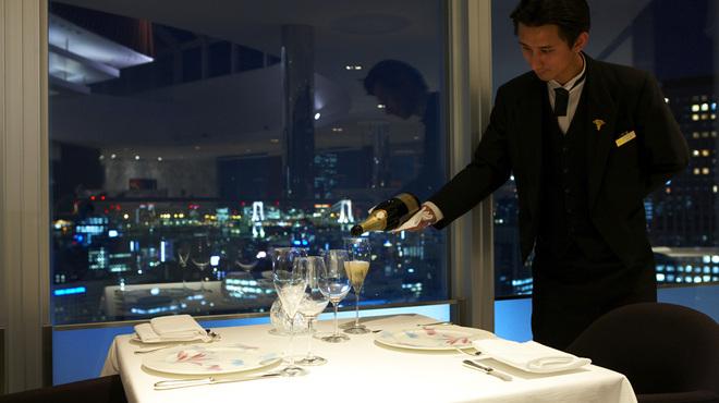 レストラン・ブリーズ・ヴェール - 内観写真:ワインなども豊富に