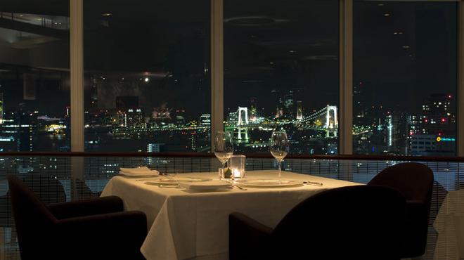 レストラン・ブリーズ・ヴェール - 内観写真:お席より望むレインボーブリッジの美しい夜景
