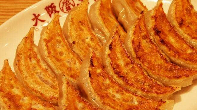 大阪王将 - 料理写真:元祖焼餃子(1人前6個)230円 ひとつひとつお店で巻いています。