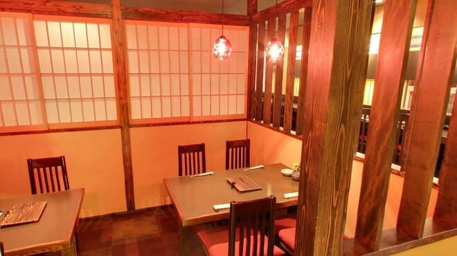 横浜くるわ - 内観写真:テーブル席
