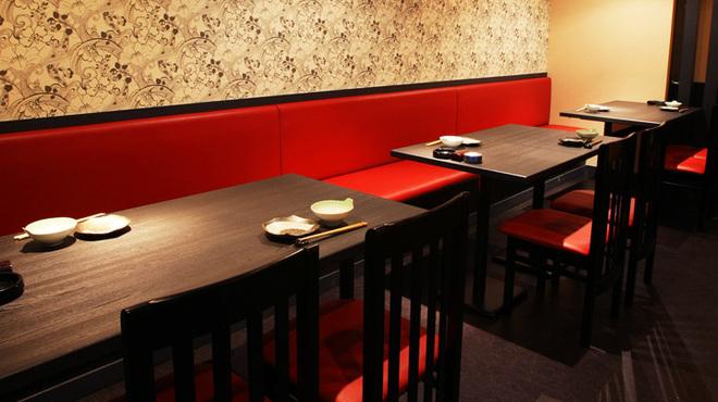 餃子鍋 A-chan 北新地 - 内観写真:12席あるテーブル席。