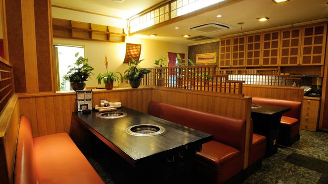 牛菜 - 内観写真:くつろぎながら焼肉を楽しめる広い店内