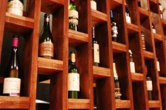 美麗酒場 couta - 内観写真:店内奥に飾られているワイン。50種類以上も常備されています。