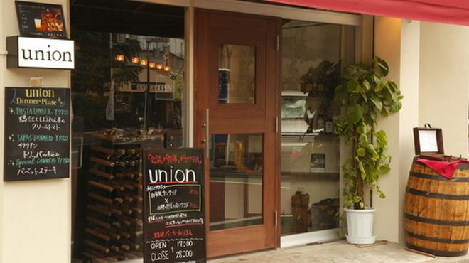 union - 内観写真:店内が見渡せる大きなガラスの、立ち寄りやすいエントランス。