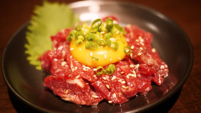 ホルモンバルヤマト - 料理写真:歯ごたえがあり、旨みのある馬肉をユッケに。新鮮な馬肉そのものの味ををお楽しみいただけます。