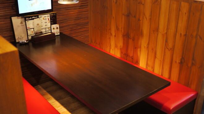 ホルモンバルヤマト - 内観写真:店内は、カウンター席の他、テーブル席・完全個室のお部屋をご用意。落ち着いた空間の中で、気軽に立ち寄れるお店です!