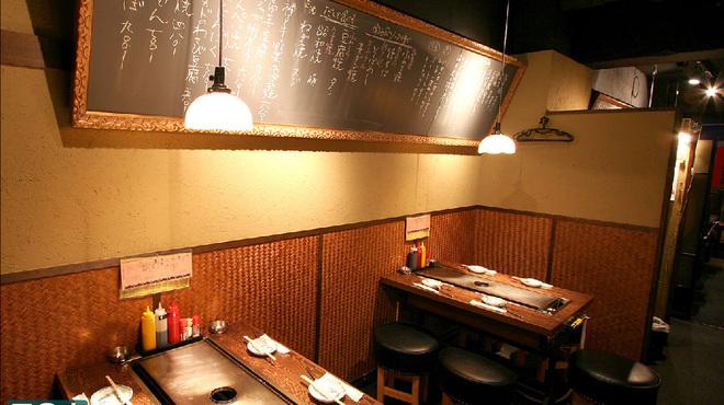 ふわとろ本舗 - 内観写真:本場神戸のスタッフの方が作ってくれるふわとろ焼!黒板に書かれたドリンクメニューにテンションも上がります!
