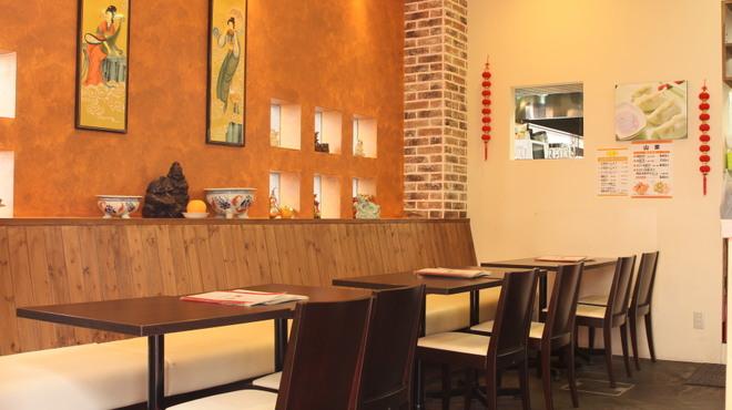 山東 - 内観写真:開放的な空間でお食事していただけます。